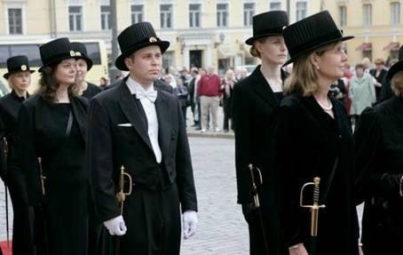 В Фінляндії кожному, хто отримав ступінь доктора в Фінляндії, вручають циліндр і меч.